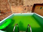 Pool hinter dem Haus auf versetzer Höhe